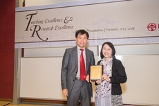 President Leonard K Cheng presents the Master Teacher Award to Prof Grace Lau Yin-ping (right).